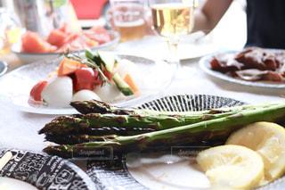 テーブルの上に食べ物のプレートの写真・画像素材[1782693]