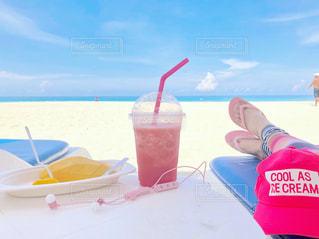 浜辺に座っている人の写真・画像素材[2093560]