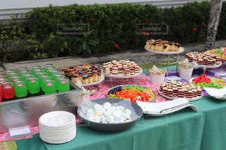 テーブルの上にたくさんの食べ物の写真・画像素材[2093599]