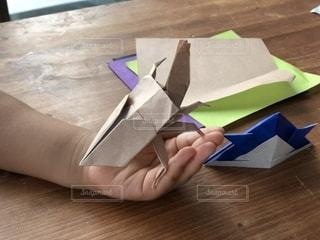 カブトムシの折り紙と幼児の手の写真・画像素材[2238706]