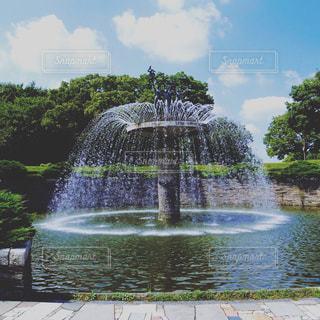 水の体の前に噴水の写真・画像素材[736657]
