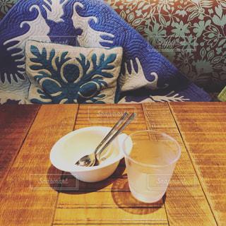 コップと水とお皿の写真・画像素材[1360861]