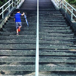 階段と子どもと傘の写真・画像素材[1408594]