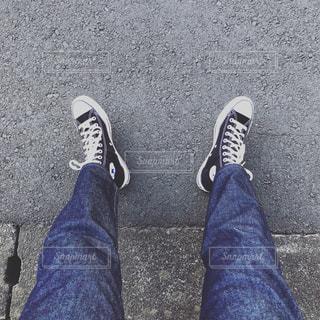 スニーカーとブルージーンズの写真・画像素材[1505995]