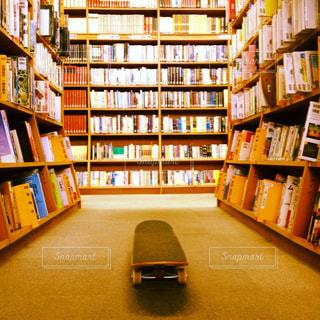 図書館でスケボーの写真・画像素材[1625136]