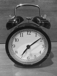 テーブルの上の時計の写真・画像素材[1155490]