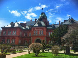 大規模なれんが造りの建物とバック グラウンドで旧北海道庁舎の城の前に緑の草の写真・画像素材[1155554]