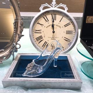 テーブルの上の時計の写真・画像素材[2306997]