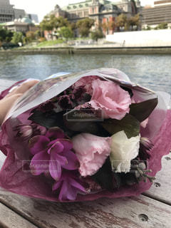 テラス席から撮ったくすみピンク色の花束の写真・画像素材[750827]