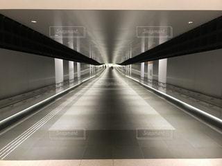 綺麗な地下道の写真・画像素材[1059633]