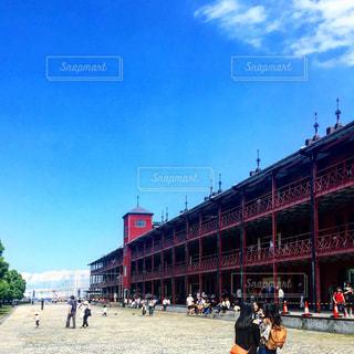 赤レンガ倉庫の前を歩く人々 のグループの写真・画像素材[761378]