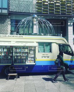 建物の前に停まっている青いバスの写真・画像素材[1083202]