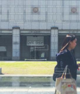建物の前に立っている人の写真・画像素材[1083204]