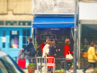 バス停の人々 のグループの写真・画像素材[1098837]