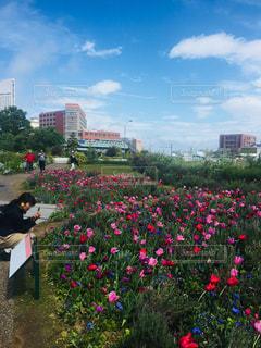 花の前に立っている人々 のグループの写真・画像素材[1145120]