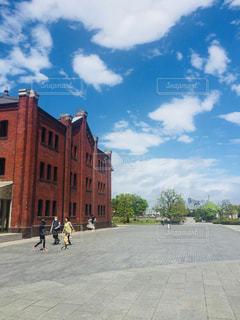 れんが造りの建物の上を歩く人々 のグループの写真・画像素材[1145127]