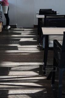 床に写る光の写真・画像素材[966502]