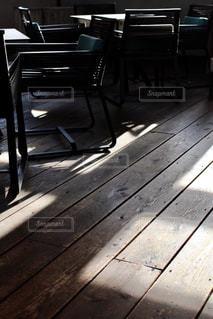 床に写る光の写真・画像素材[966506]