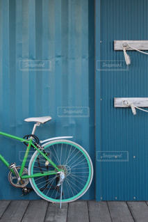 青いドアの前に停まっている自転車の写真・画像素材[966523]