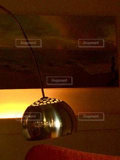 テーブルに座ってランプの写真・画像素材[982679]