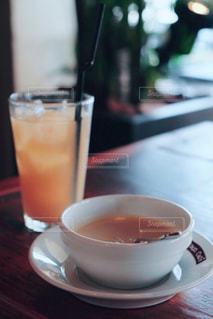 テーブルの上のコーヒー カップとジュース - No.982714