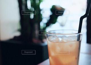 テーブルの上のジュースの写真・画像素材[982715]
