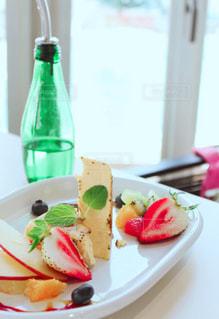 近くに食品とテーブルの上の瓶のプレートのアップ - No.995817