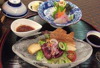 テーブルの上に食べ物のプレートの写真・画像素材[1058103]