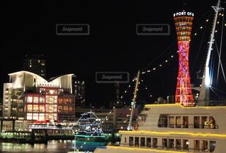夜のライトアップされた街の写真・画像素材[1085294]