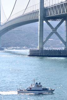 橋の下を渡る船の写真・画像素材[1107928]