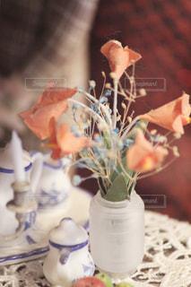 近くにテーブルの上の花の花瓶のアップ - No.1108010