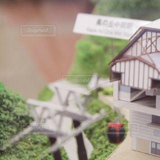 背景の木と家の写真・画像素材[1108033]