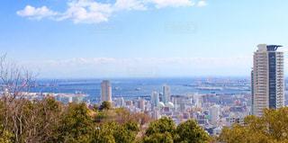 背景の高層ビル街の景色の写真・画像素材[1108054]
