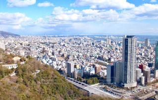 背景の山と都市のビューの写真・画像素材[1108055]