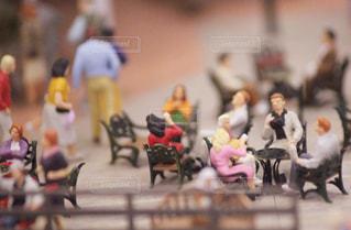 椅子で寛ぐ人々の写真・画像素材[1108072]