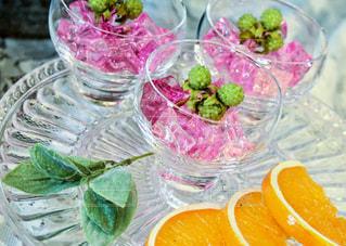 テーブルの上のピンクの花のグループ - No.1108079