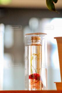 木製テーブルの上に座っている花瓶の写真・画像素材[1376546]