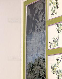 壁に掛かっている絵の写真・画像素材[1376547]