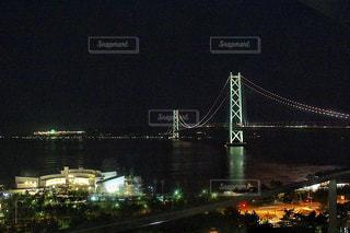 海に浮かぶ明石海峡大橋の夜景の写真・画像素材[1419509]