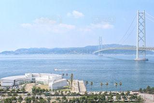 建物と明石海峡大橋の写真・画像素材[1419531]