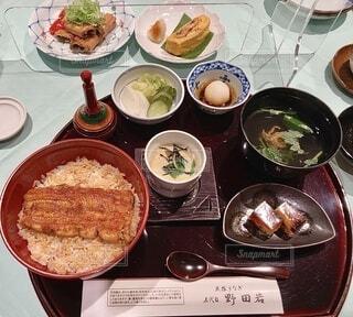 皿に食べ物の皿をトッピングしたテーブルの写真・画像素材[4683547]