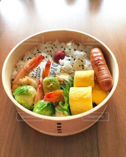 テーブルの上に食べ物のボウルの写真・画像素材[1210340]