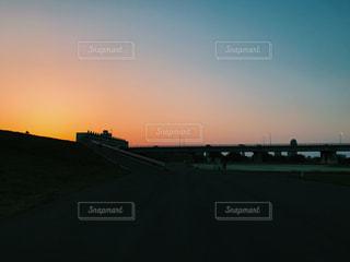夕暮れ時の都市の景色の写真・画像素材[1081609]