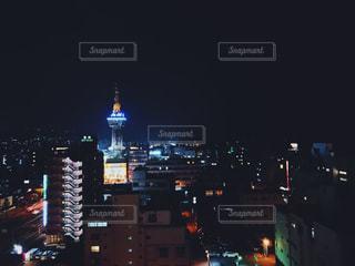 夜のライトアップされた街の写真・画像素材[1081617]