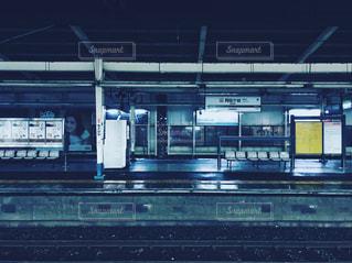 誰もいない駅のホームの写真・画像素材[1081618]