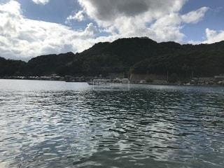 背景の山と水の大きな体の写真・画像素材[1458711]