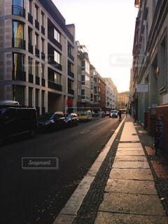 車で狭い街は道の脇に駐車の写真・画像素材[1488403]