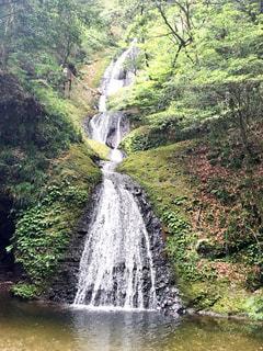 水の体の上の大きな滝の写真・画像素材[715250]