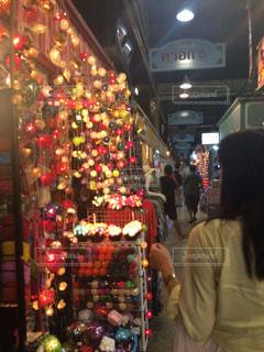 店の前に立っている女性の写真・画像素材[907252]