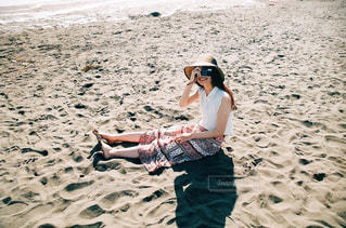 ビーチの砂の上に立っている男の人の写真・画像素材[727454]